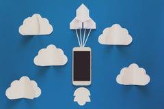 Commencez ou concept rapide de connexion La fusée de papier de lancement avec le téléphone intelligent sur le ciel bleu avec des  image stock