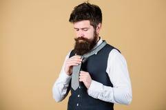 Commencez par votre collier et le lien autour de votre cou Comment attacher le noeud simple Art de virilité Hippie barbu d'homme photo libre de droits