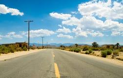 Commensale di bordo della strada sulla strada principale del deserto Fotografia Stock