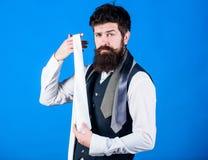 Comment choisir le lien En s'habillant dans la cravate de costume ajoutez souvent le tiret de la saveur ? l'?quipement global Typ image libre de droits