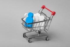 Comment choisir les employés droits Quels employés sont nécessaires Achat du personnel Le chariot et les personnes à achats dans  Photos libres de droits
