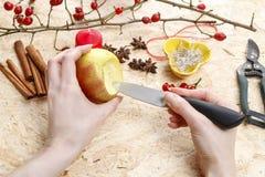 Comment faire des bougeoirs de pomme pour Noël Image libre de droits