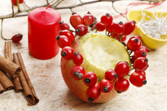 Comment faire des bougeoirs de pomme pour Noël Photo libre de droits
