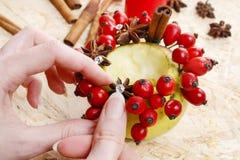 Comment faire des bougeoirs de pomme pour Noël Images stock