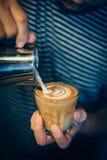 Comment faire l'art de latte de café par barman dans le ton de couleur de vintage Photo stock