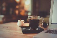 Comment faire l'art de latte de café par barman dans le ton de couleur de vintage photographie stock libre de droits