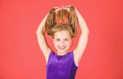 Comment faire la coiffure rangée pour l'enfant Coiffures latines de danse de salle de bal Fille d'enfant avec la longue robe d'us photo stock