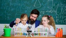 Comment intéresser des enfants étudier Explication de la biologie aux enfants Leçon fascinante de biologie Maître d'école de biol photos stock