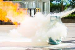 Comment utiliser un extincteur avec le récipient de gaz Photos libres de droits