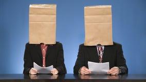 Commentatori del notiziario accecati dalle borse. Immagini Stock