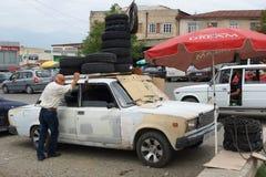 Commerçant de pneu, Telawi, la Géorgie Photographie stock libre de droits