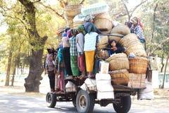 Commerçant féminin de Myanmar dans le camion à lancer sur le marché. photographie stock