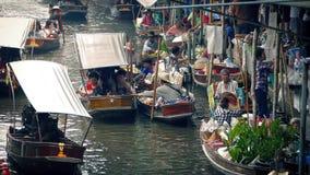 Commerçants vendant la nourriture et les marchandises sur la rivière banque de vidéos