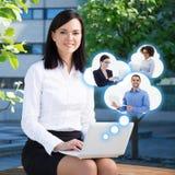 Commerce électronique et concept d'Internet - femme d'affaires avec l'ordinateur portable et Images stock