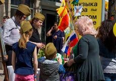 Commercez l'attirail militaire sur les rues de Voronezh en l'honneur de Victory Day Image stock