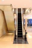 Commerciële centrumhal met roltrap stock fotografie