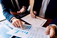 Commerciële Collectieve teambrainstorming, Planningsstrategie die een investering hebben die van de besprekingsanalyse met grafie stock afbeeldingen