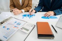 Commerciële Collectieve teambrainstorming, Planningsstrategie die een investering hebben die van de besprekingsanalyse met grafie stock foto