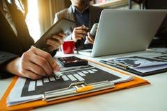Commerciële drie vergaderings professionele investeerder die samenwerken stock foto's