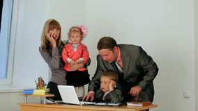 Commerciële familie stock video