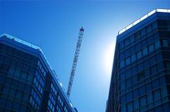 Commerciële gebouwen met kraan Stock Foto's