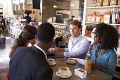 Commerciële Groep die Informele Vergadering in Koffie hebben stock afbeeldingen