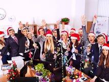 Commerciële groepsmensen in santahoed bij Kerstmispartij. Royalty-vrije Stock Afbeeldingen