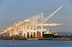 Commerciële haven bij schemer stock foto
