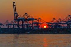 Commerciële haven bij zonsondergang Stock Foto
