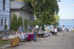 Commerciële herinneringen op de straten van de oude stad Kalyazin, Tver-gebied Royalty-vrije Stock Foto