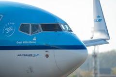 Commerciële het vliegtuigstart van Air France KLM van Otopeni luchthaven in Boekarest Roemenië stock afbeeldingen