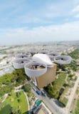 Commerciële hommel die boven een grote stad vliegen Stock Fotografie