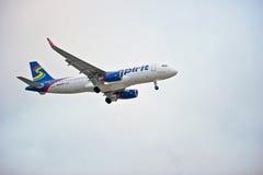 Commerciële Lijnvliegtuig Naderbij komende Landingsbaan Stock Afbeeldingen