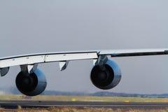 Commerciële straallijnvliegtuigvleugel met twee motoren stock afbeeldingen