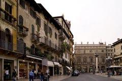 Commerciële straat met aardige gebouwen Stock Afbeeldingen