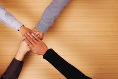 Commerciële team bevindende handen samen in het bureau met exemplaarruimte Stock Foto