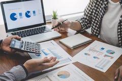 Commerciële team toevallige samenwerking die het werk analyse bespreken met financiële gegevens en de marketing van de grafiek va royalty-vrije stock fotografie