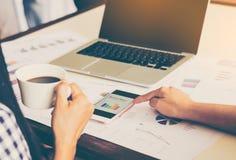 Commerciële teamanalyse met financiële grafiek op kantoor, werkplaats, samenkomende tijden stock afbeeldingen