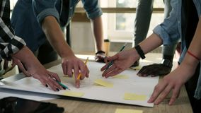 Commerciële teambrainstorming Planningsstappen die met gele stickers op lijst, het schrijven nota's richten Marketing plan stock footage