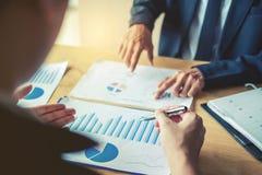Commerciële teamcollega's die de Analyseschijf ontmoeten van de Planningsstrategie royalty-vrije stock foto