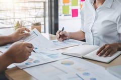 Commerciële teamcollega's die het werk analyse bespreken met financ stock afbeelding