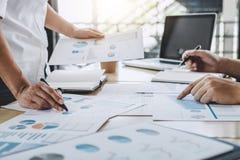 Commerciële teamcollega's die het werk analyse bespreken met financ stock fotografie