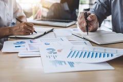 Commerciële teamcollega's die het werk analyse bespreken met financ stock foto's