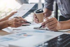 Commerciële teamcollega's die het werk analyse bespreken met financ stock afbeeldingen