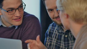 Commerciële teammedewerker die, planningsopstarten werken stock videobeelden