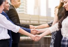 Commerciële teammensen die handen schudden die omhoog openlucht samenkomen beëindigen royalty-vrije stock foto