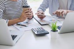 Commerciële teamsamenwerking die het werk analyse bespreken met financiële gegevens en de marketing van de grafiek van het de gro royalty-vrije stock foto's