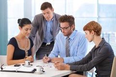 Commerciële teamvergadering bij bureaulijst met werkgever Stock Foto's