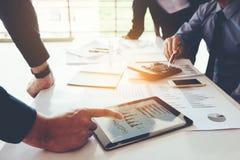 Commerciële teamvergadering die aan digitale tablet nieuwe zaken werken pro royalty-vrije stock fotografie