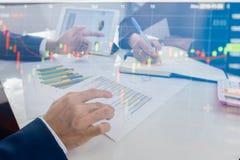 Commerciële teamvergadering die het project raadplegen Conceptenzaken en financiën royalty-vrije stock afbeeldingen